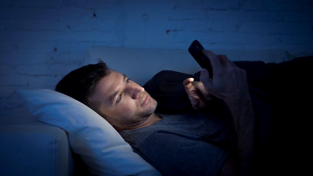 Hindari Stres, Stop Penggunaan Ponsel Ketika Bangun Pagi