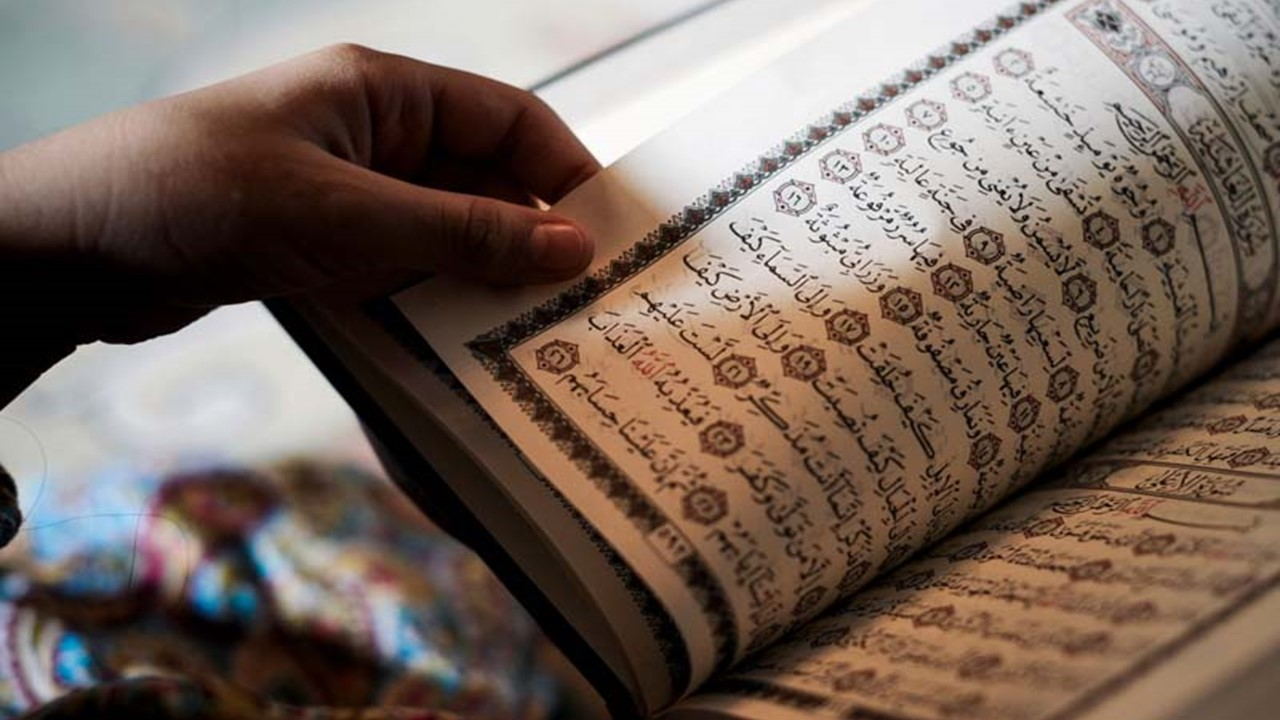 Membiasakan diri membaca Al-Quran setiap hari